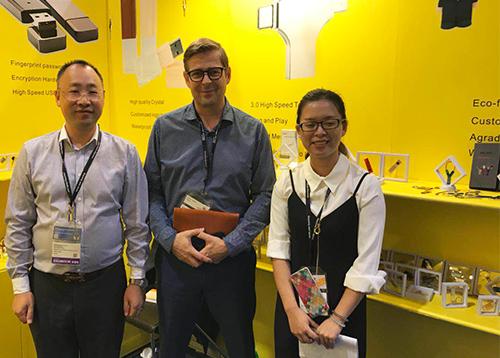 斯乐克u盘厂家新品带数据线创意u盘在香港秋季电子产品展中倍受亲睐