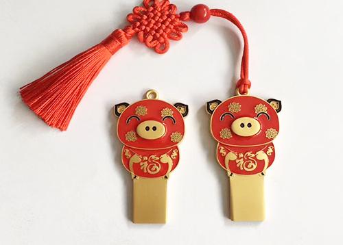 猪年央视春晚阵容曝光 U盘厂家的猪年吉祥物小猪U盘也来蹭人气啦!